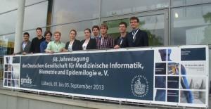 Studierende der Medizinischen Informatik und des Masterstudienganges Informatik mit Prof. Dr. Palm (rechts) vor dem Tagungsgebäude der GMDS 2013 in Lübeck.